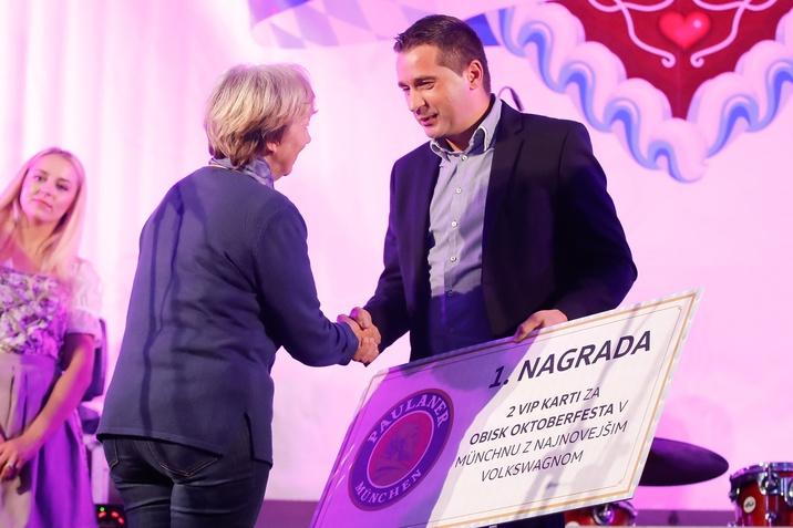 Simon Andrejaš s podjetja AHAC podeljuje posebno nagrado
